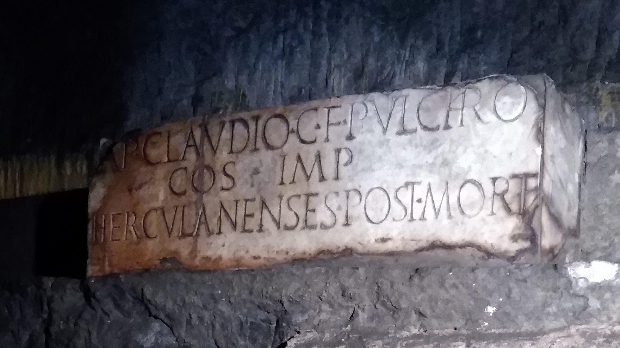 iscrizione marmorea dedicata ad Appio Claudio Pulcro ritrovata nel teatro di Ercolano