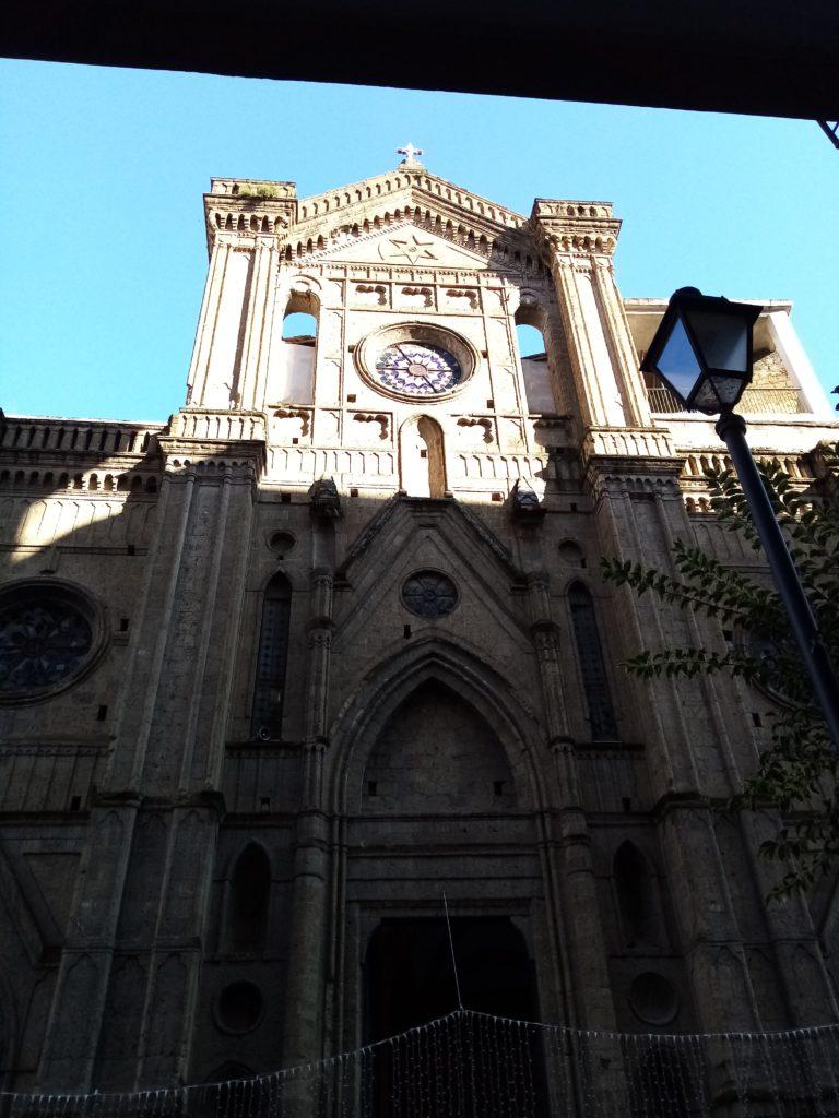 Facciata in tufo a vista della chiesa del SS. Sacramento a Casoria