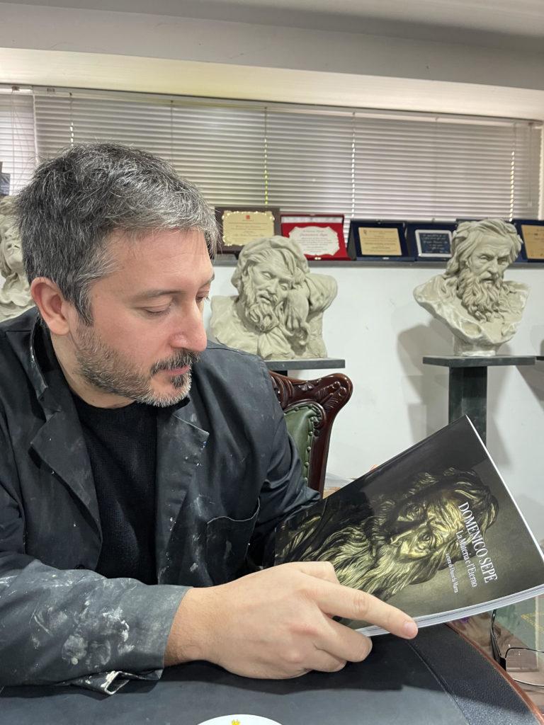 Domenico Sepe con il catalogo